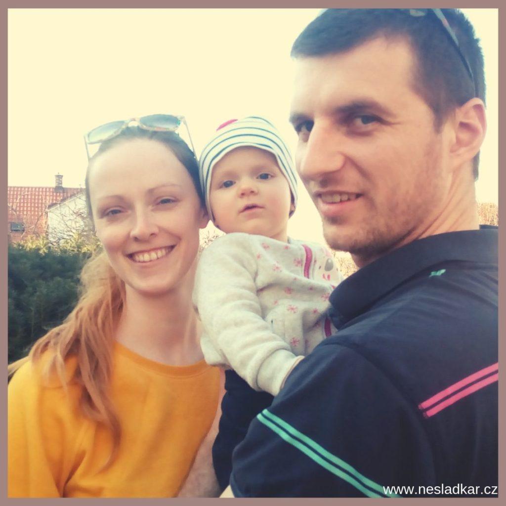 rodina - máma s tátou objímají svojí malou dceru a budují si skvělý vztah. Moje malá motivace pro tvorbu Nesladkáře.