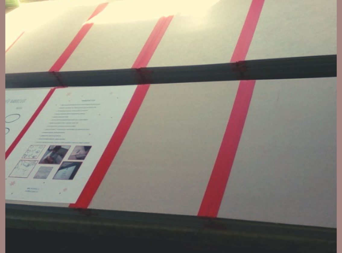 výroba leporela Nesladkář farma - na lepenku se lepí jednotlivé listy papíru