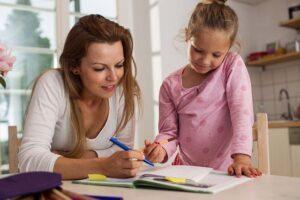 Matka a dcera společně kreslí a vybarvují nesladkář