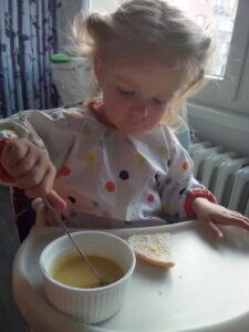 holčička maže housku máslem