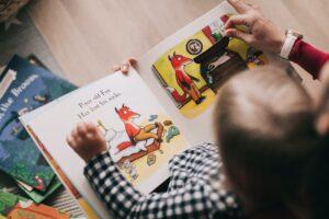 dítě si čte knihu