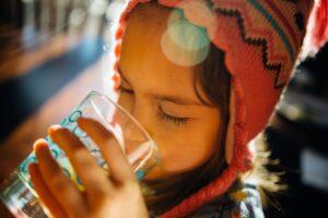 dítě pije vodu