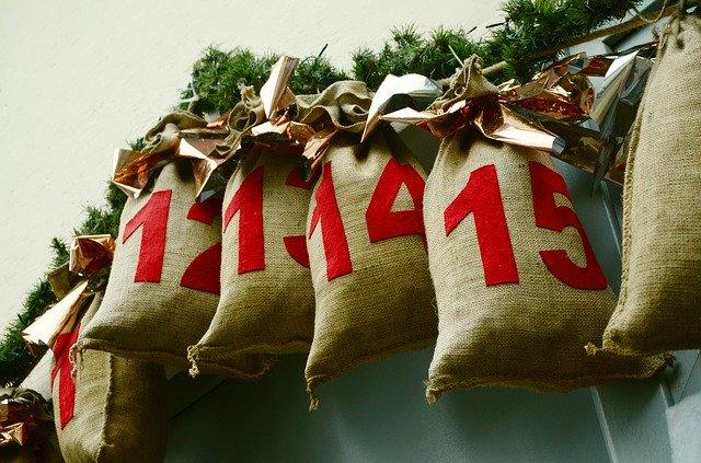 adventní kalendář pytlíčky s dárky